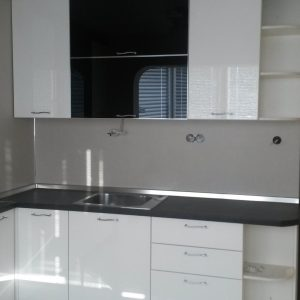 Кухня от МДФ лак в цвят бяло и черно