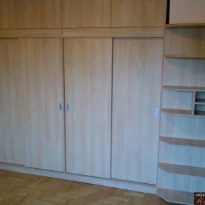 Вграден гардероб от ЛПДЧ с плъзгащи врати в цвят светъл дъб