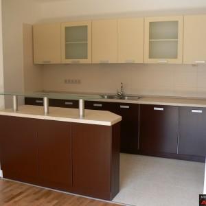 Кухня от МДФ лак в цвят кафяво и бежаво