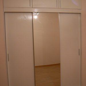 Вграден гардероб с плъзгащи врати в цвят бяло дърво