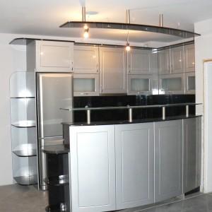 Кухня от МДФ лак в цвят сребърно и черно