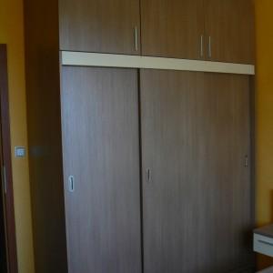 Спалня от ЛПДЧ в цвят кафяво дърво и бежаво