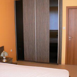 Спалня от ЛПДЧ в цвят сиво тъмно дърво и стъкло черен лакобел