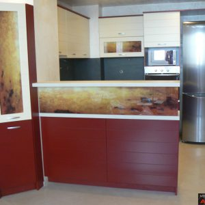 Кухня от МДФ лак в цвят бордо и ванилия