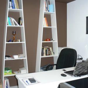 Обзавеждане за офис от ЛПДЧ в цвят бяло и сиво