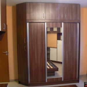 Спалня от ЛПДЧ в цвят орех и бежаво