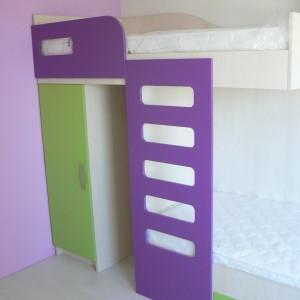 Детска стая от ЛПДЧ и МДФ лак в цвят лилаво, зелено и явор