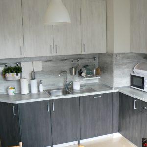 Кухня от ЛПДЧ в цвят бяло и черно северно дърво